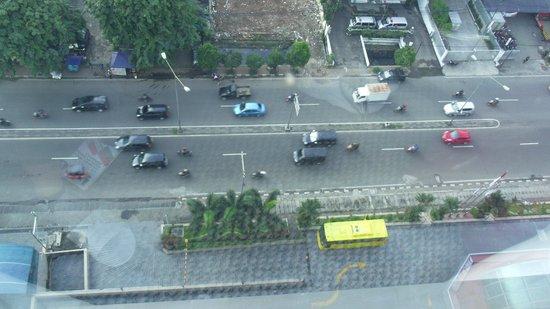 Millennium Hotel Sirih Jakarta : 部屋からホテル前の道路