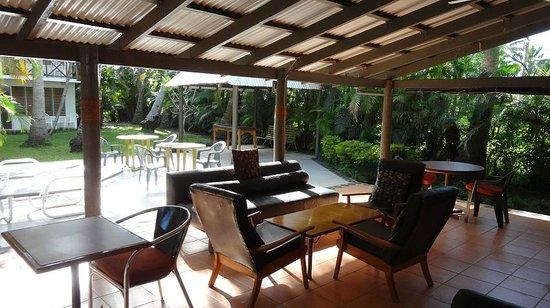 Beachside Resort: bar and pool area