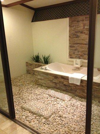 Bluewater Maribago Beach Resort: バスルーム