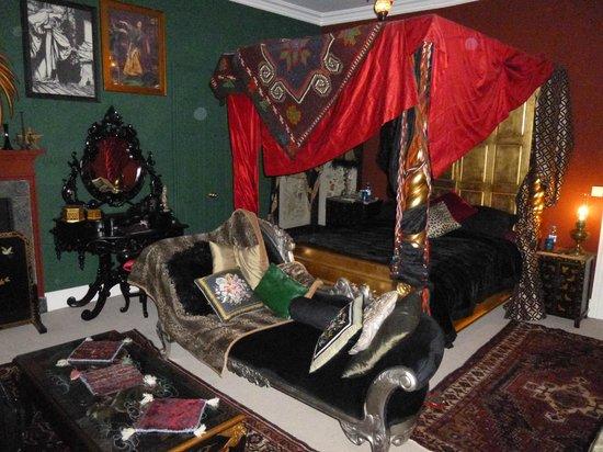 The Covenstead Glastonbury: Covenstead B&B Halloween Honeymoon room - love it!