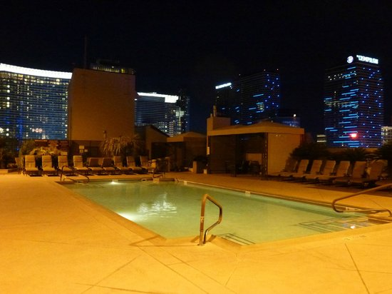 Polo Towers Suites: Rooftop pool area at night