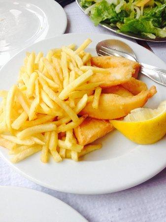 A Ribeira: Tiras de choco com batatas fritas e salada.