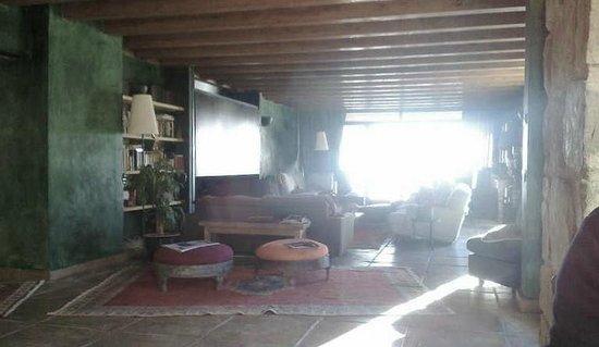 Masia El Puig : sala común que da a la terraza
