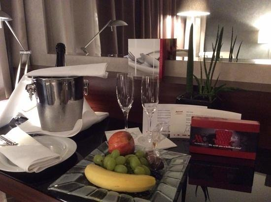 Frankfurt Marriott Hotel: chocolate, wine and fruit , what a lovely night!