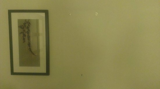Hyatt Place Milford: Missing Artwork From Wall, But Still Has Hangers