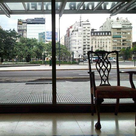 Hotel Embajador: Vista para Avenida 9 de Julio
