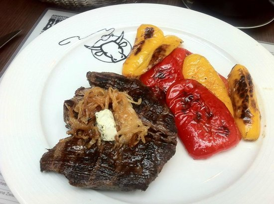 Buffalo Steakhaus: Medium-well-done with grilled paprikas