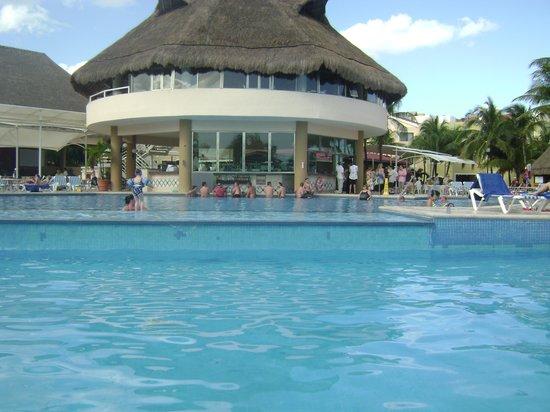 Viva Wyndham Maya: La piscina y su bar
