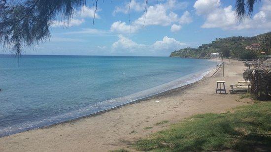 Timothy Beach Resort: View along the beach from the beach bar