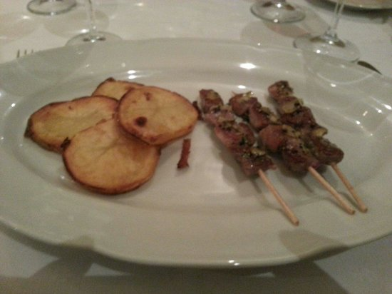 La Masia: Brochette de cordero con papas.