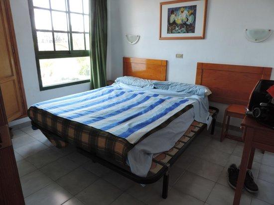 Capri Bungalows: Mantas individuales en cama de matrimonio