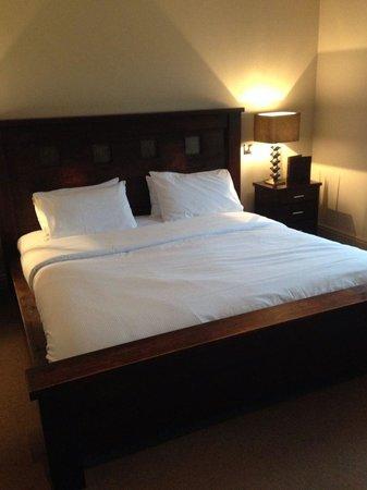 Peak Edge Hotel: bed
