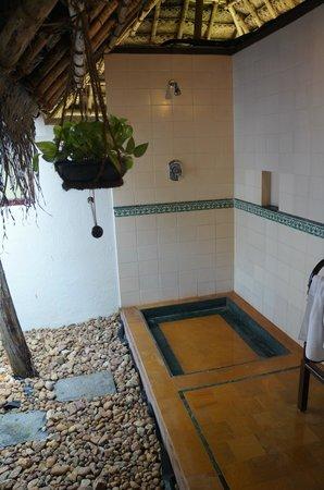 Marari Beach Resort: Outdoor bathroom!