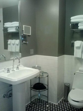 The Lofts Hotel: Bathroom
