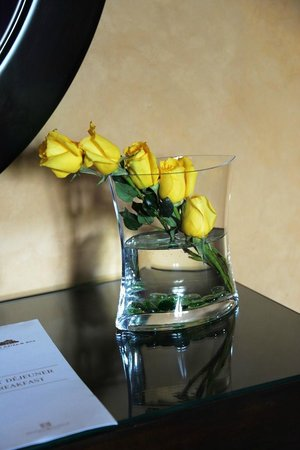 Palais Aziza & Spa: Fresh flowers in room