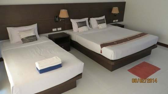 Golden Bay Cottages : Clean room and a very nice bed