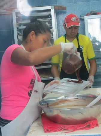 El Quetzal de Mindo Chocolate Tour: Pouring the chocolate into molds