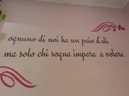 Molto Belle frasi sulle pareti. - Foto di Art in Flower, Bellagio  JV77