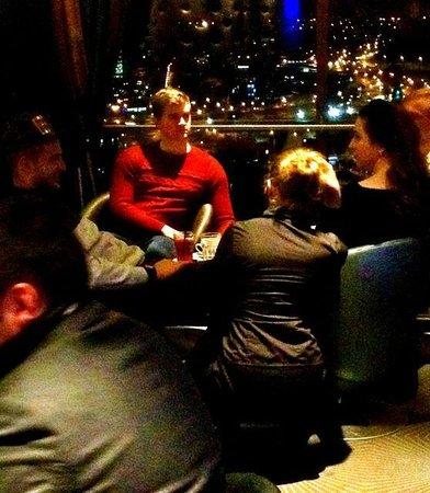 Radisson Blu Hotel Lietuva: Sky Bar - Bedienung bei ca. 30 Min. Privatgespräch mit Gästen - Freunden