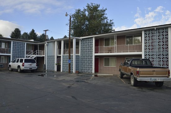 Town House Motor Inn: front of motel