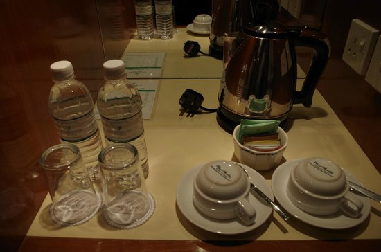 Promenade Hotel: Coffee/tea making facility with complimentary drinking water