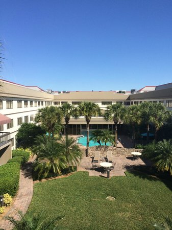 Sheraton Suites Orlando Airport: View of the pool & courtyard
