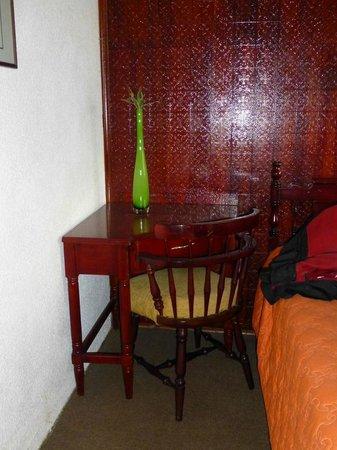 Hotel El Galpon: Little desk in room - unfortunately no light near it