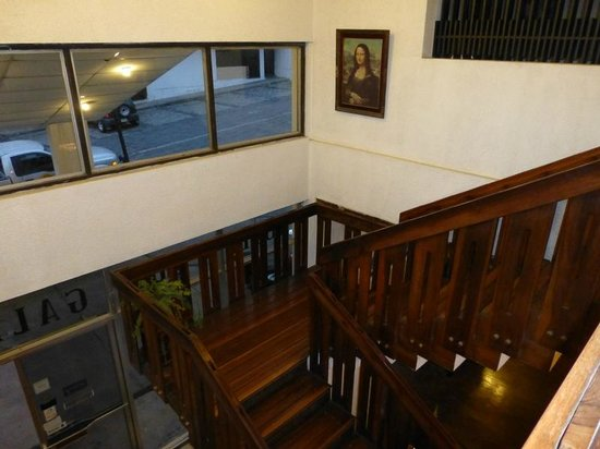 Hotel El Galpon: Stairway from lobby to second floor - complete with the Mona Lisa!