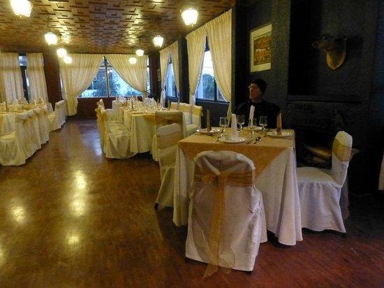 Hotel El Galpon: Dining area - we felt like we were crashing someone's wedding reception!