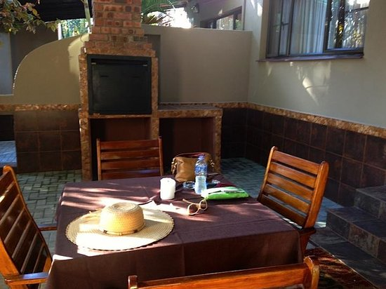 Ndiza Lodge and Cabanas: Fabulous large patio with outdoor grilling area
