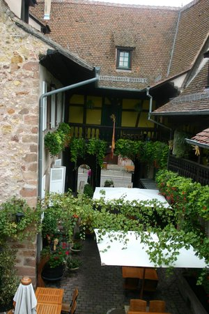 La Cour du Bailli Residence Hoteliere : Hotel courtyard, charming!