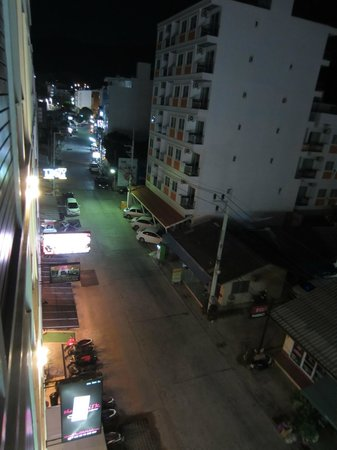 i-Kroon Cafe & Hotel : Street view from Hotel at night