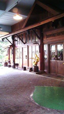 True Siam Phayathai Hotel : Entrance to lobby