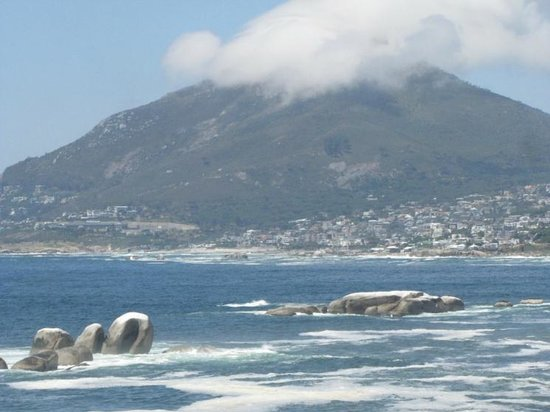 Camp's Bay Beach: Beautiful views in each direction