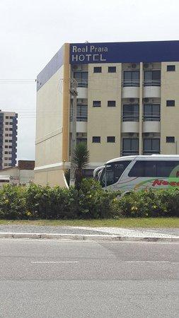 Real Praia Hotel: Nome do hotel faltando pedaço de letra