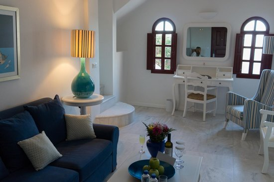 Vedema, a Luxury Collection Resort, Santorini: Living room area of the suite