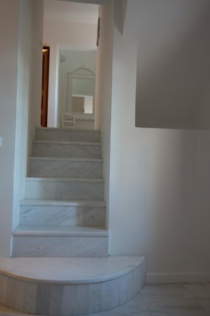 Vedema, a Luxury Collection Resort, Santorini: Marble stairs to the bedroom