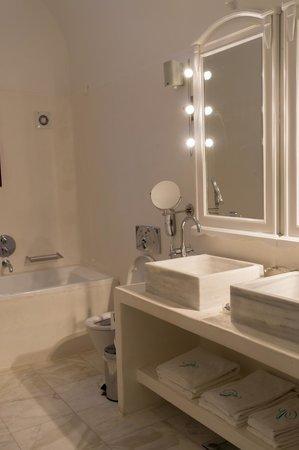 Vedema, a Luxury Collection Resort, Santorini: Bathroom