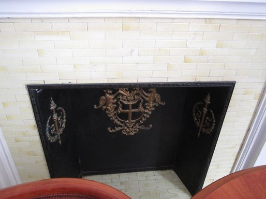 Hotel St. James : fake fireplace with mantle