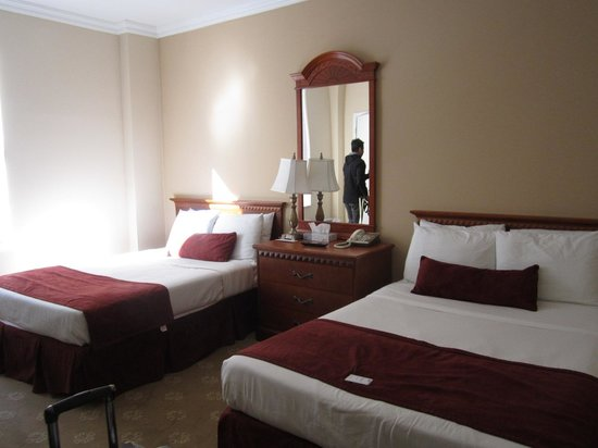Hotel St. James: 2 full beds