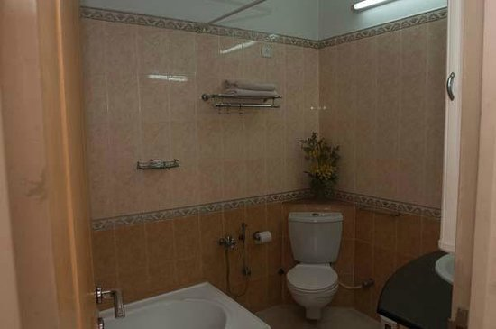 Pleasant Stay Guest House: Large Bathroom