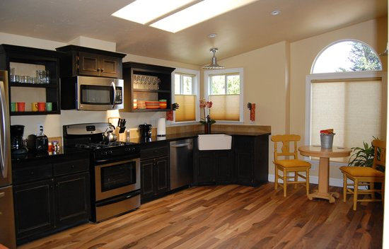 The Cottages of Napa Valley: 2 bedroom cottage kitchen