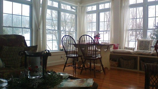 Airy View Bed and Breakfast: Sitting room and breakfast with a fire place!