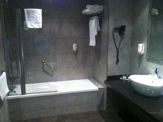 Sercotel Hotel Gran Bilbao: Bathtub