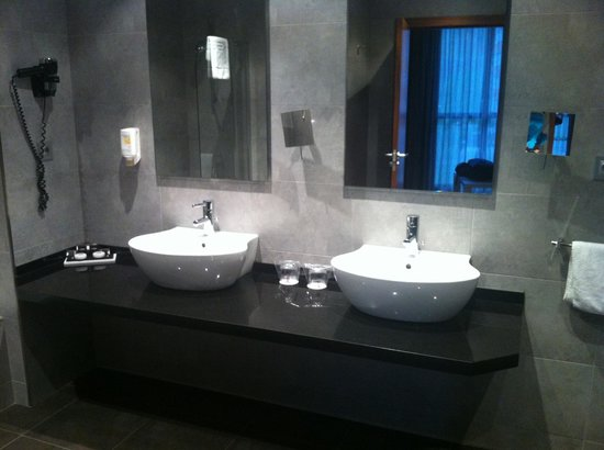 Sercotel Hotel Gran Bilbao: Bathroom for two ;-)