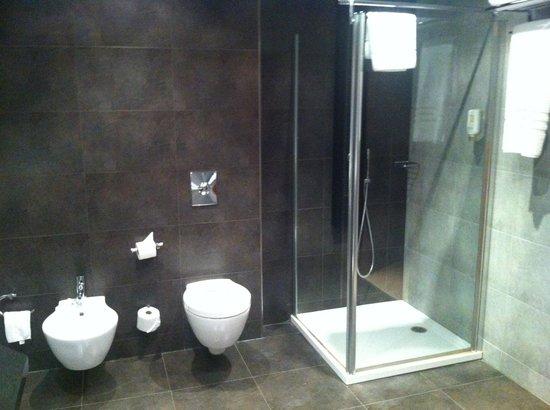 Sercotel Hotel Gran Bilbao: Seperate shower