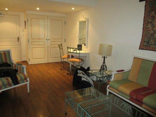 Avignon Grand Hotel: petit salon et placard