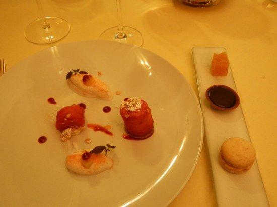 Les Magnolias: Tarte Tatin et crème fouettée poudrée de biscuit rose