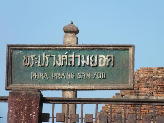 Phra Prang Sam Yot : la pancarte a l' entrée