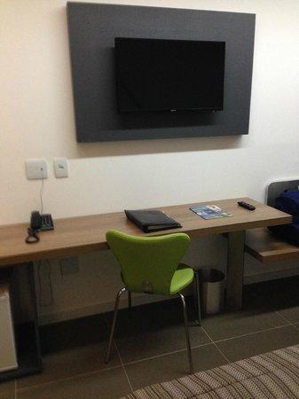 Linx Hotel International Airport Galeão: TV and Work Area